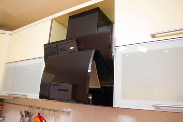 Вытяжка для угловой кухни желтого цвета - фото