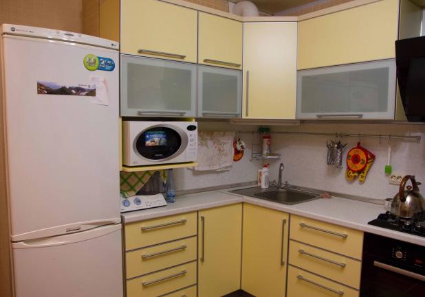 Дизайн желтой угловой кухни