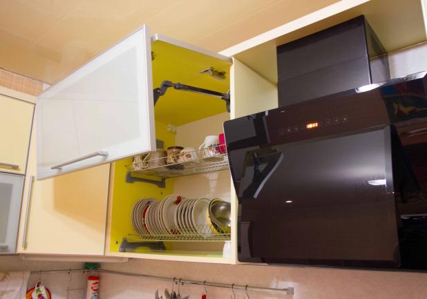 Оформление шкафчиков на кухне желтого цвета
