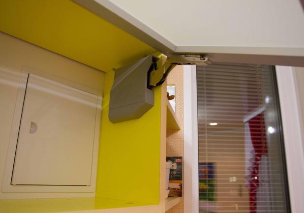 Скрытие газового счетчика на кухне желтого цвета