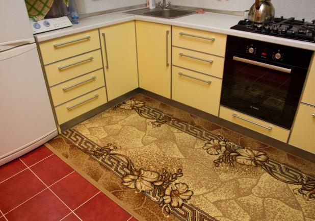 Оформление пола на желтой кухне - фото