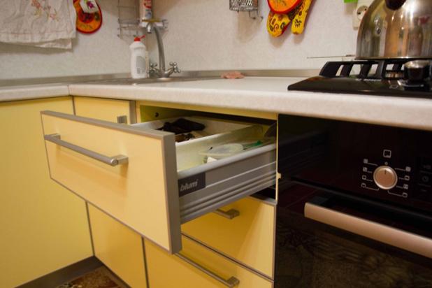 Фурнитура для желтой кухни - фото