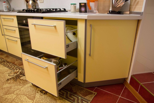 Фурнитура BLUM на кухне желтого цвета
