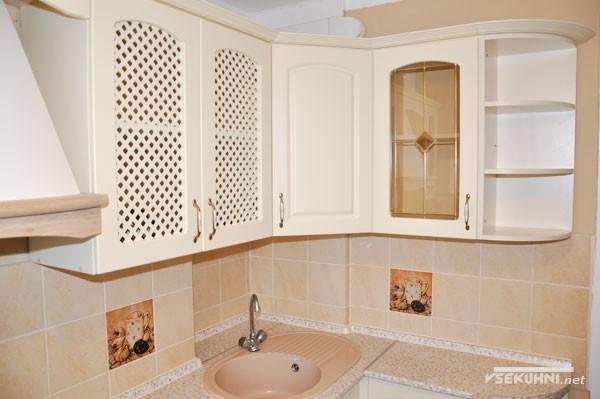 Фартук из керамической плитки на кухне бежевого цвета