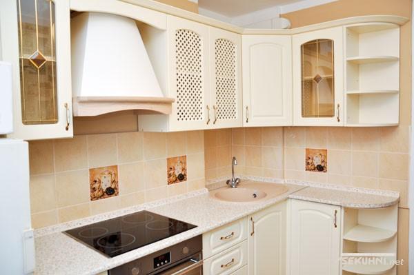 Бытовая техника на угловой кухне в классическом стиле - фото