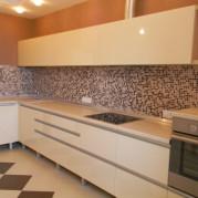 Угловая бежевая кухня - фото