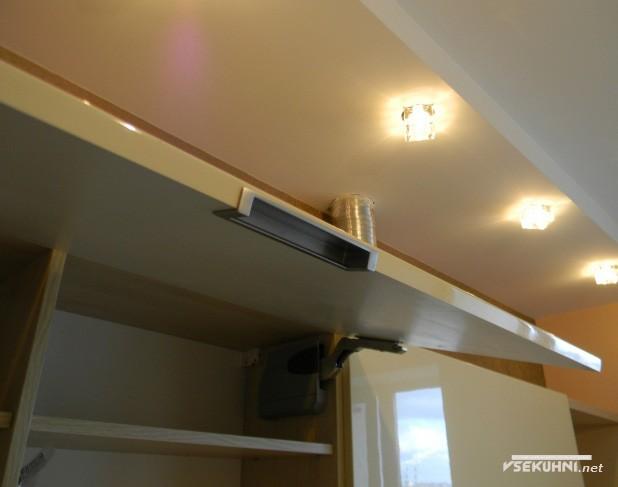 Натяжные потолки на угловой кухне в бежевом цвете - фото