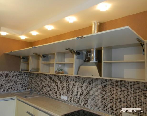 Вытяжка на угловой бежевой кухне - фото