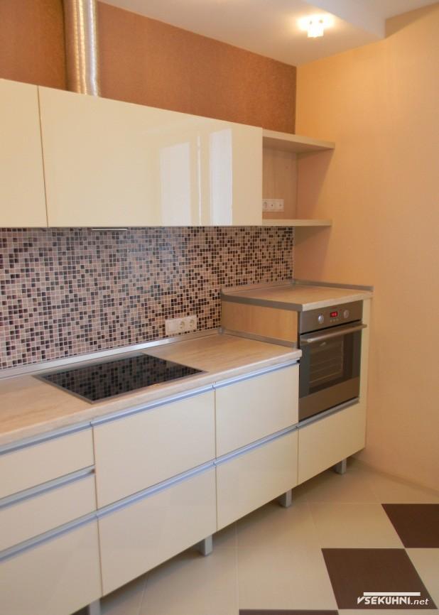 Встроенная техника для угловой бежевой кухни