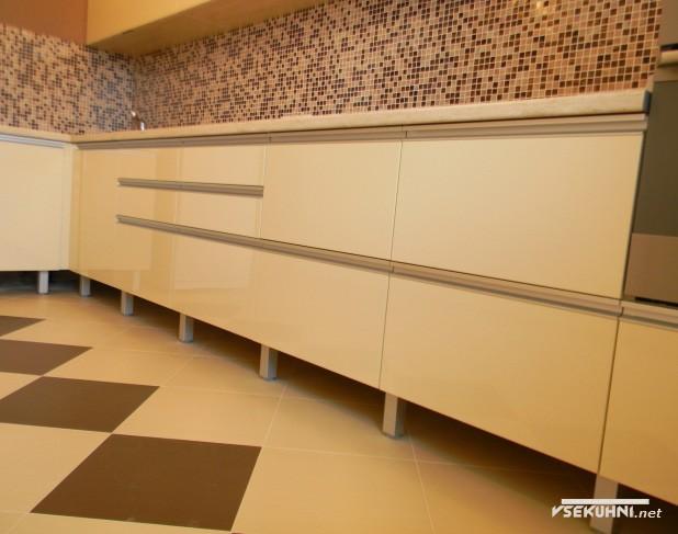 Напольная плитка для угловой бежевой кухни