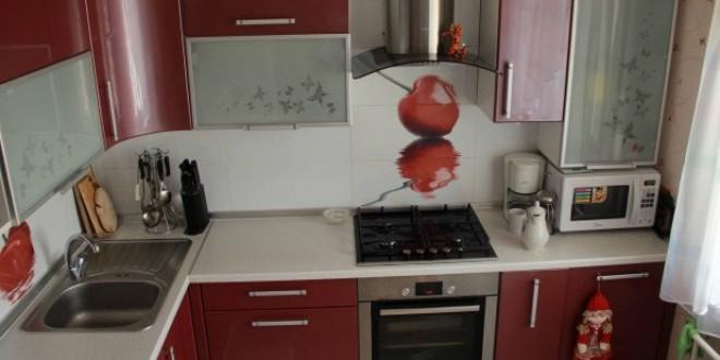 Угловая красная кухня