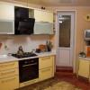 Желтая угловая кухня
